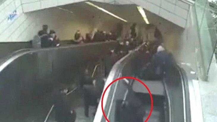 Bei einem Unfall wird der Mann unter einer Rolltreppe eingeklemmt