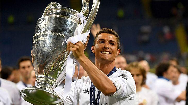 Cristiano Ronaldo mit dem Champions-League-Pokal