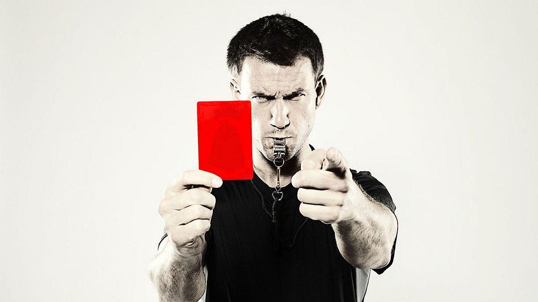 Rote Karte: Im Fußball gleichbedeutend mit einem Platzverweis