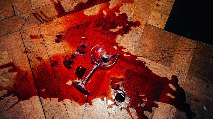 Rotweinflecken entfernen: Mit diesen Mitteln klappts - Foto: iStock / Sami Sert