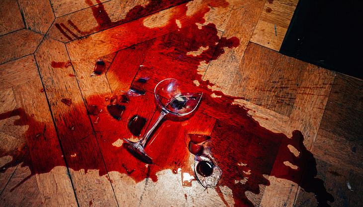 Rotweinflecken entfernen: Mit diesen Hausmitteln klappt's