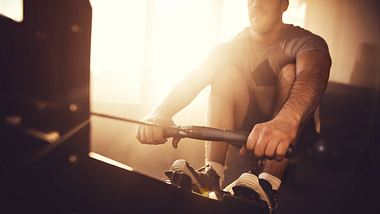 Mann trainiert auf Rudergerät - Foto: iStock/nelic
