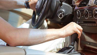 Vorsicht beim Rückwärtsgang bei voller Fahrt. - Foto: iStock/Vladdeep