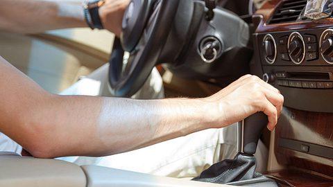 Im Auto: Was passiert, wenn man bei 70 km/h in den 1. Gang schaltet