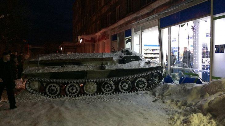 Betrunkener fährt mit Panzer in Supermarkt