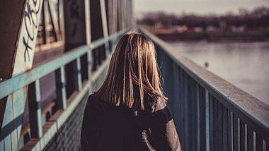 Teenagerin von Mutter zwecks Entjungferung verkauft (Symbolfoto). - Foto: iStock/Kerkez