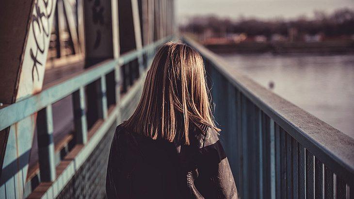 Teenagerin von Mutter zwecks Entjungferung verkauft (Symbolfoto).