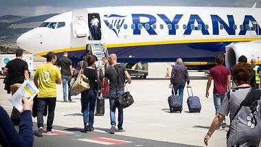 Ryanair lagert das das Handgepäck aus - Foto: iStock / JannHuizenga