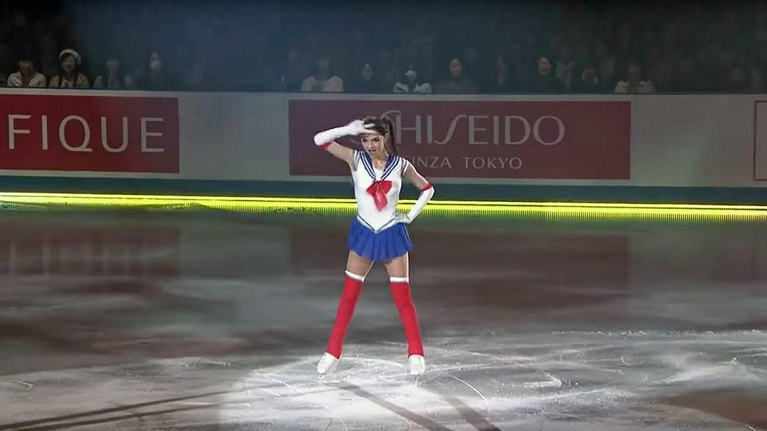 Die russische Eiskunstläuferin Evgenia Medvedeva tanz im Sailor-Moon-Kostüm
