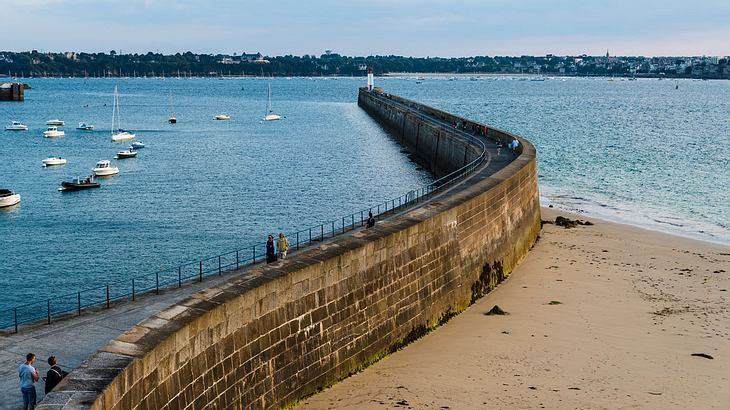Über den Damm von Saint Malo nach Dinard