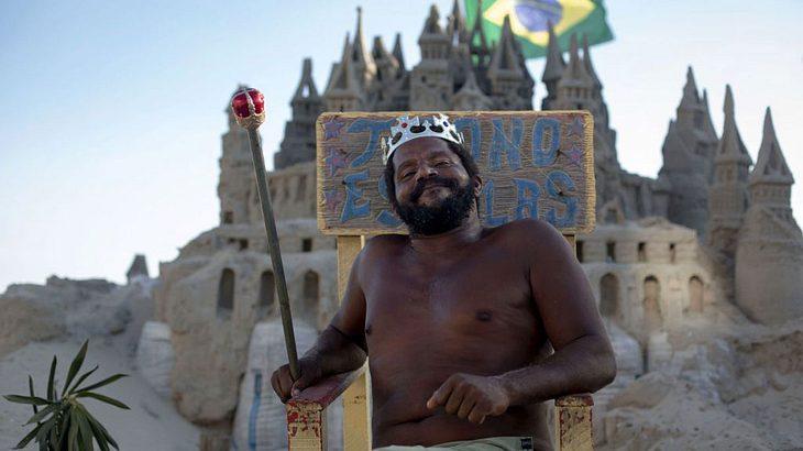Marcio Mizael Matolias vor seinem Sandschloss in Brazilien