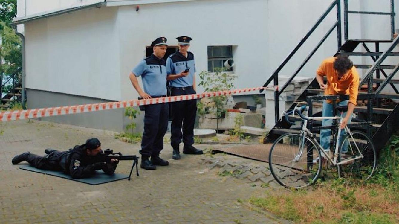 Zwei Polizisten und ein Fahrraddieb