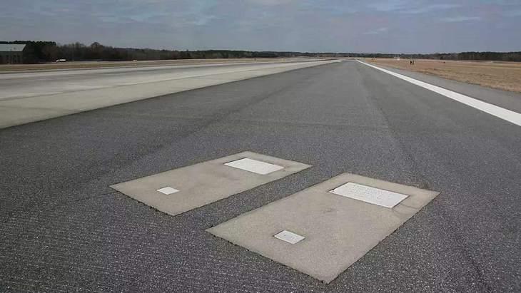 Warum sind auf dieser Landebahn zwei Grabsteine?