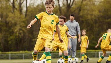 Schienbeinschoner für Kinder: Diese Modelle schützen beim Fußball am besten