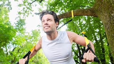 Mann mit Schlingentrainer - Foto: iStock/kzenon