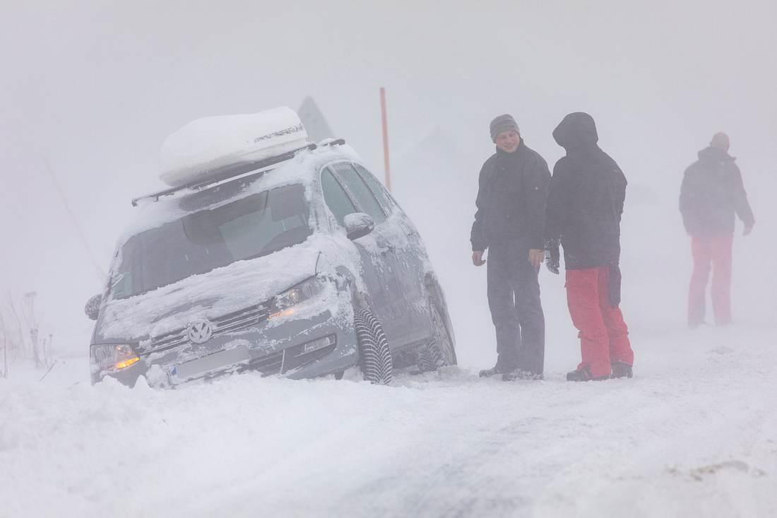 Auto im Schneechaos