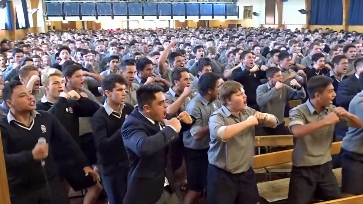 Gänsehaut: Schüler verabschieden Lehrer mit Haka-Tanz in Rente