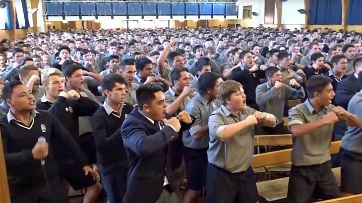 Neuseeländische Schüler verabschieden ihren Lehrer per Haka-Tanz in die Rente