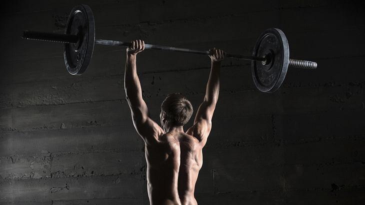 Schulterdrücken ist eine der effektivsten Fitness-Übungen für schnellen Muskelaufbau