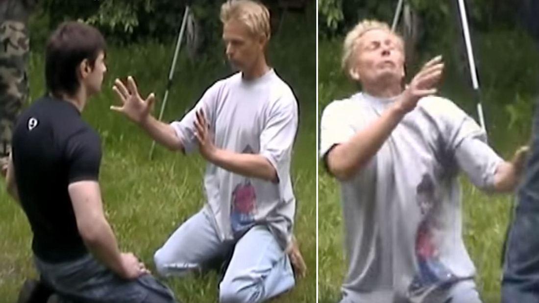 Ein Mann versucht die Schläge von MMA-Fighter Alexandr Litvinenko mit der Energie seiner Hände abzuwehren