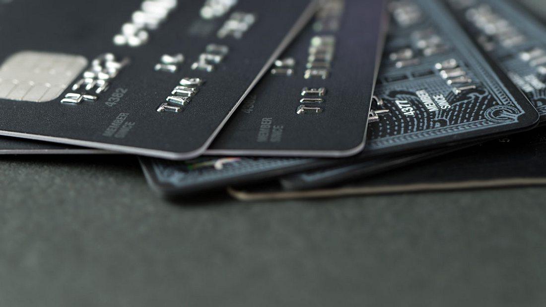 Schwarze Kreditkarte: Voraussetzungen, Vorteile, Kosten