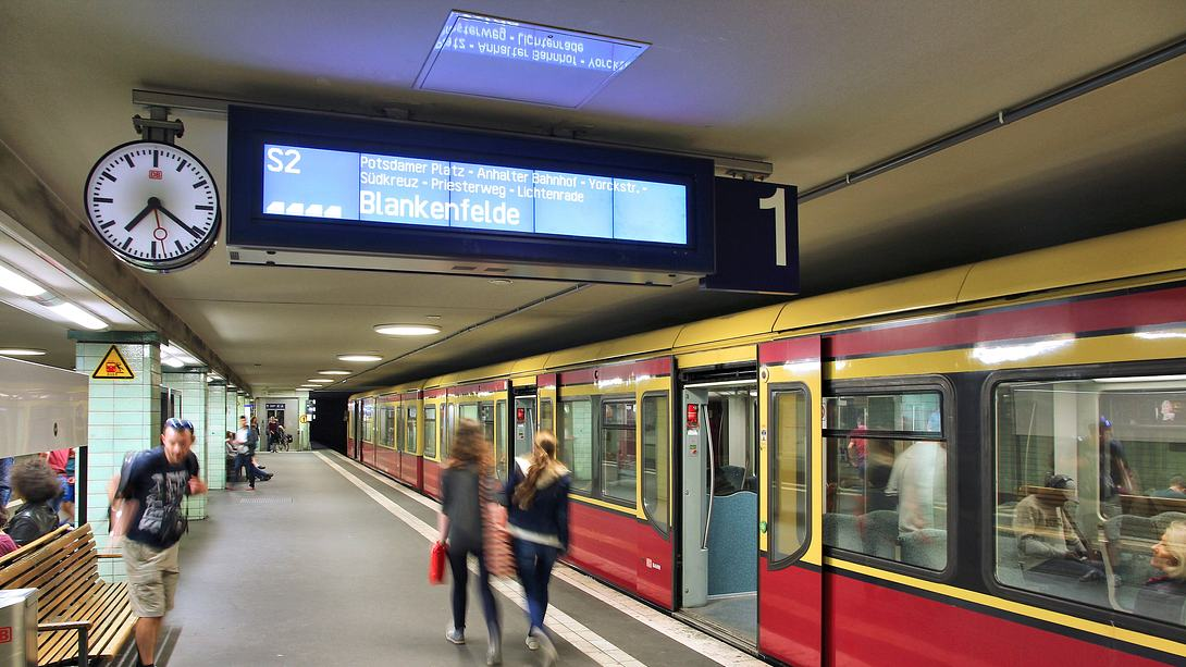 S-Bahn im Bahnhof - Foto: iStock/tupungato