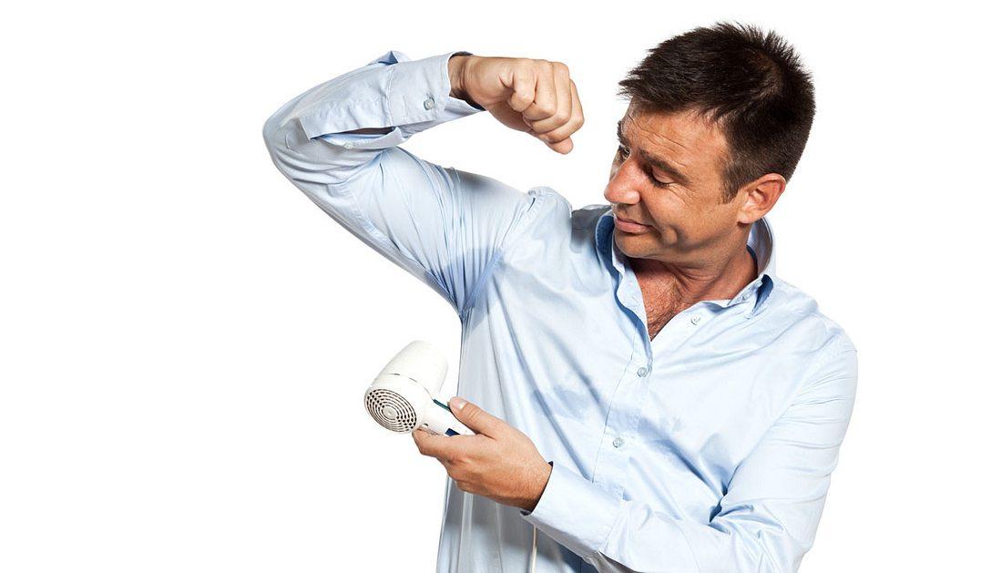 Schweißflecken entfernen: Mit diesen Hausmitteln geht's