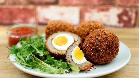 Scotch Eggs: Eier im Fleischmantel - Foto: iStock / gldburger