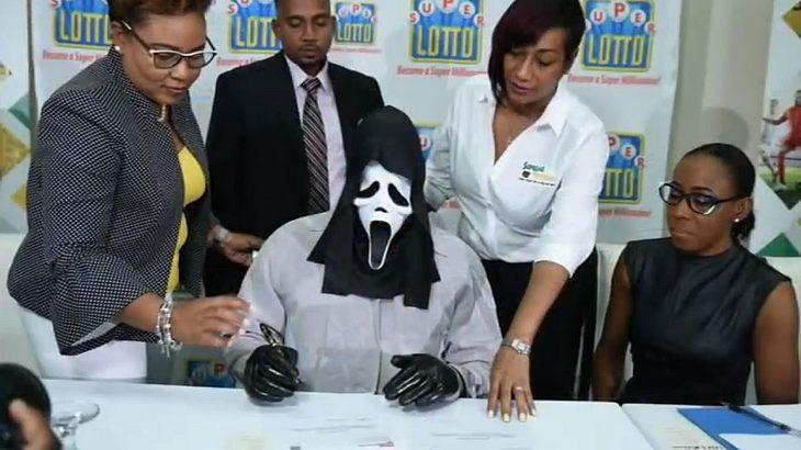 Jamaika: Im Scream-Kostüm zur Lotto-Gewinn-Abholung.