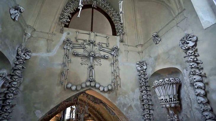 Sedletz-Ossarium: die böhmische Knochenkirche nahe PRag mit über 40.000 menschlichen Gebeinen