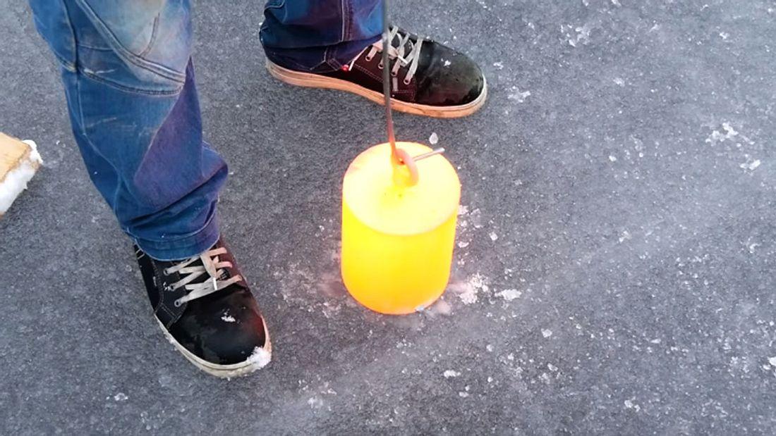 Lauri Vuohensilta aka YouTuber Beyond the Press lässt glühenden Stahl gegen einen gefrorenen See antreten