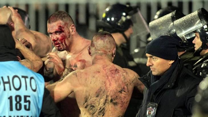 Hooligans von Partizan und Roter Stern Belgrad prügeln sich im Derby