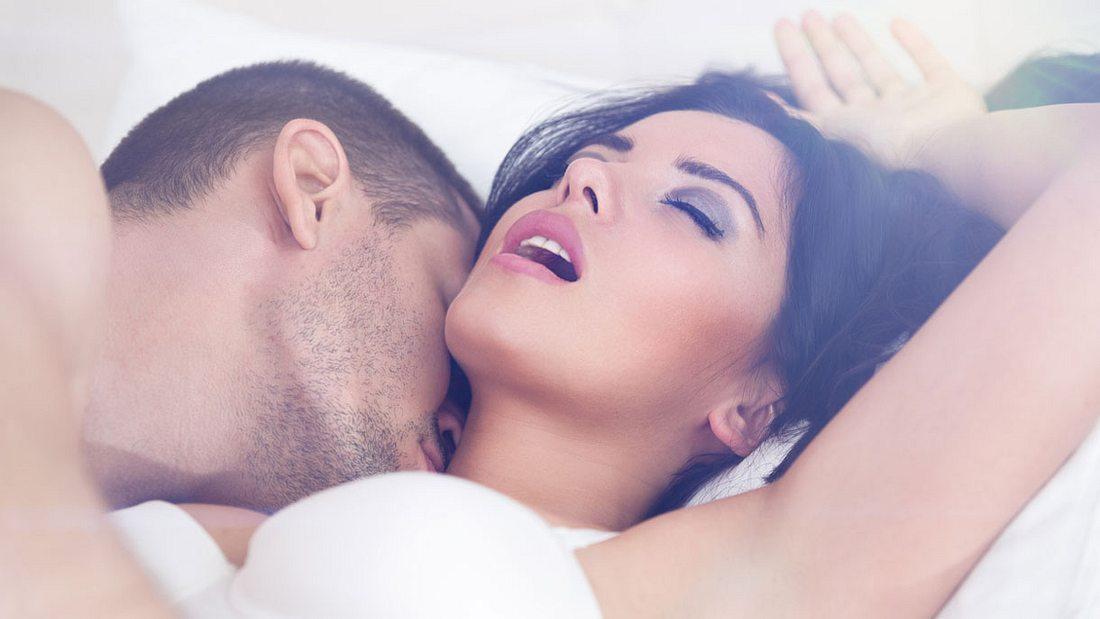 Paar beim heißen Liebesspiel