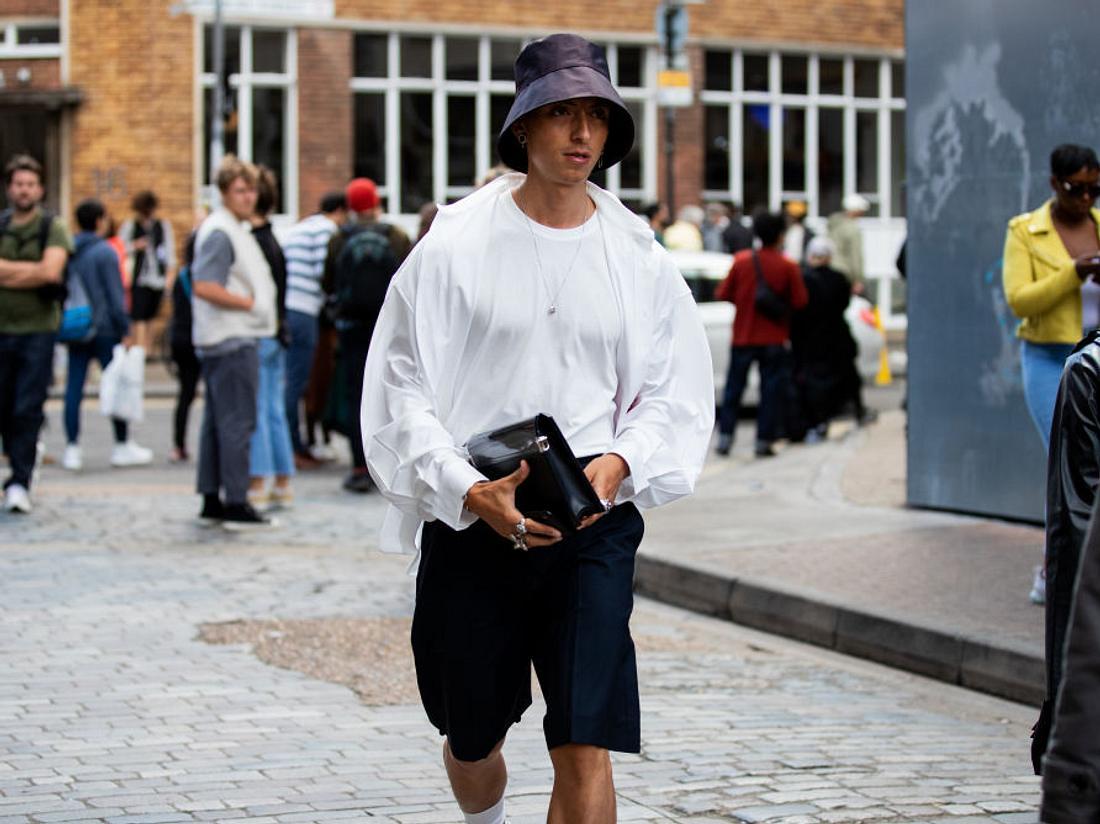 Mann mit Mütze und Shorts