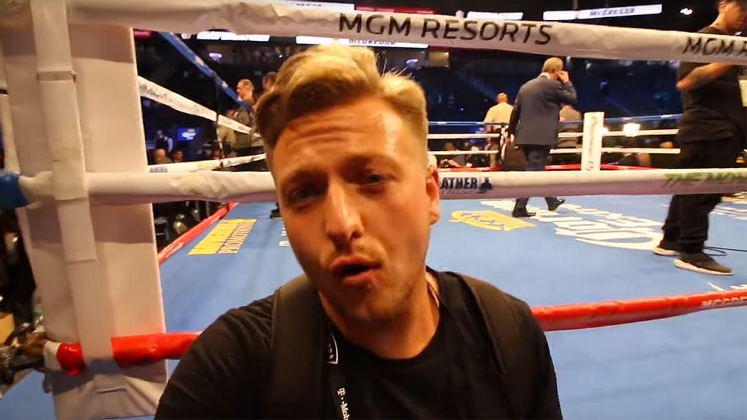 Mayweather vs. McGregor: Dieser Kerl erschlich sich einen 100.000-Dollar-Platz für umme - Foto: YouTube / Kanal Simon Wilson