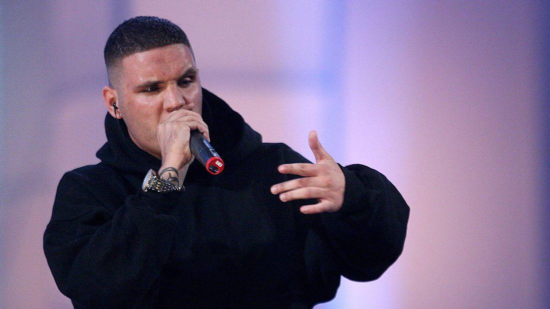 Rapper Fler mit Mikrofon beim Performen