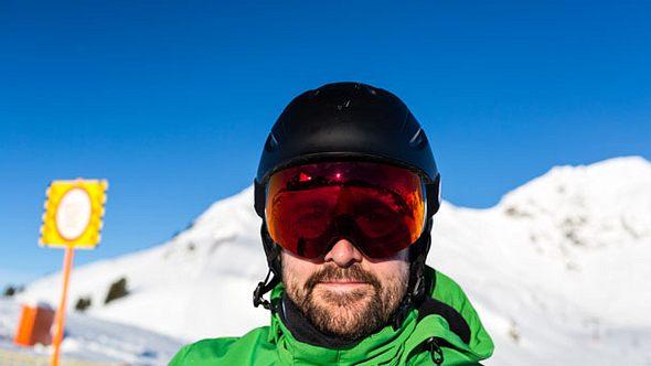 Skihelm mit Visier zum Schutz - Foto: iStock