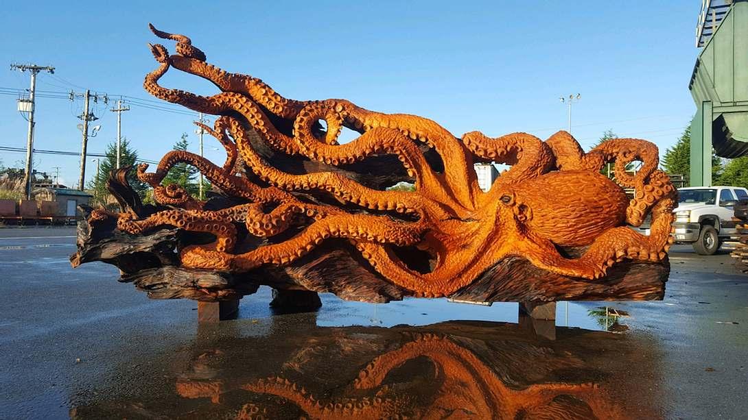 Gigantisch: Künstler schnitzt Riesenkrake aus Mammutbaum