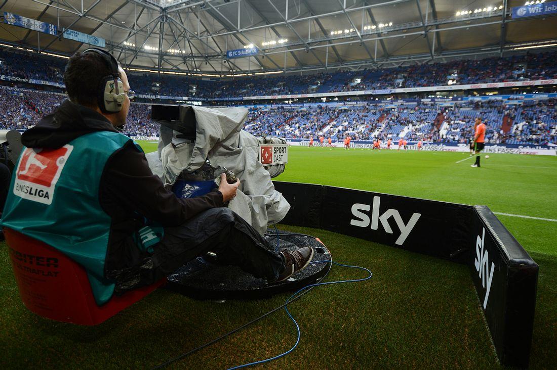 Kameramann von Sky am Rand vom Fußballfeld