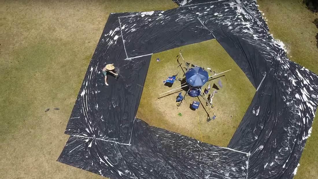 Australier haben in ihrem Garten eine endlose Planenrutsche gebaut