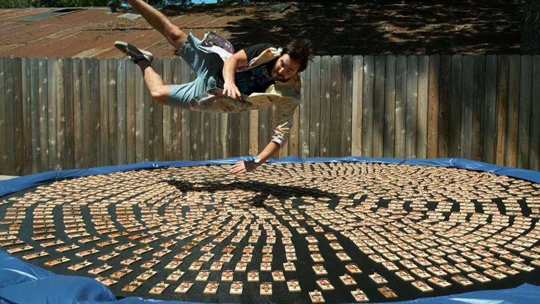 YouTuber springen auf Trampolin mit 1.000 Mausefallen