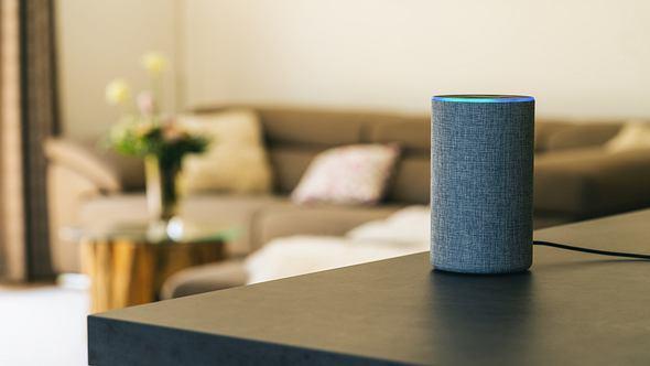 Smart Speaker steht auf einem Tisch. - Foto: iStock/rclassenlayouts