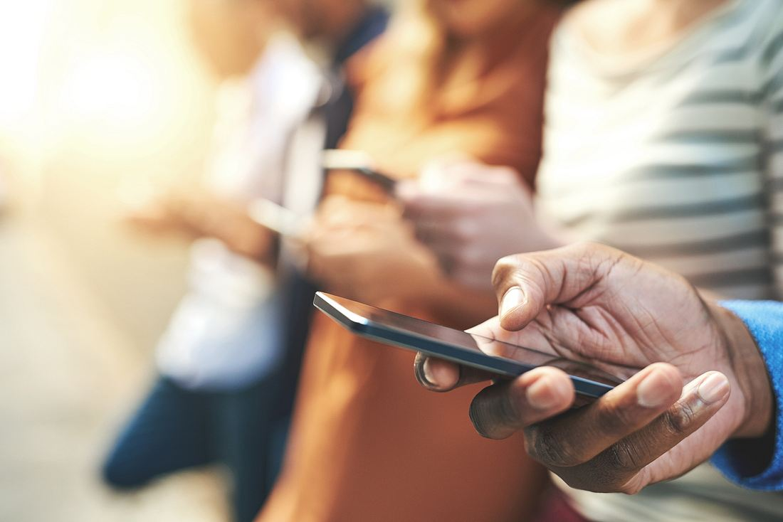 Mehrere Personen mit Smartphones in den Händen