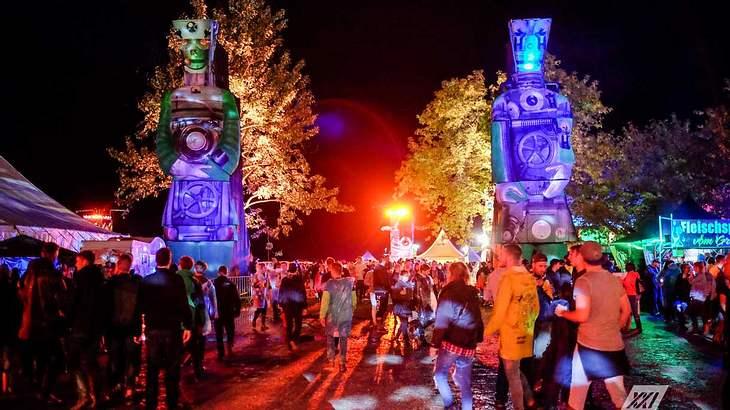 Bei Nacht ist das Festivalgelände mit bunten Lichtern ausgeleuchtet