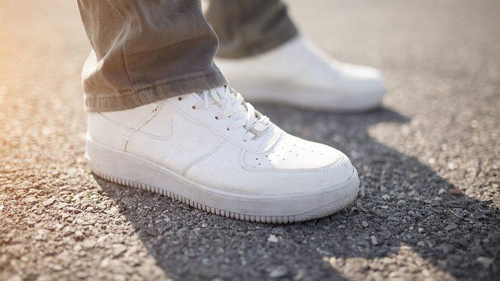 So kriegst du deine Sneakers in 30 Sekunden wieder weiß