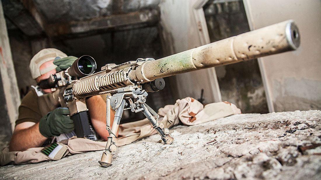 Sniper mit seinem Gewehr