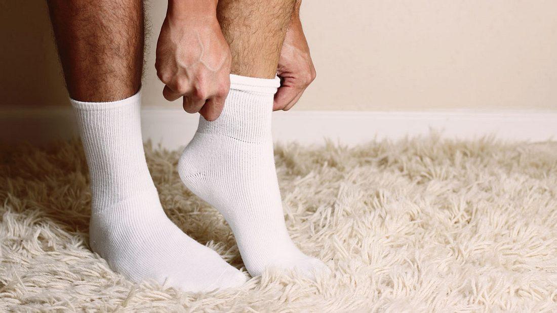 Der Socken-Trick gegen Halsschmerzen