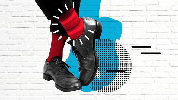 Mann mit roten Socken und schicken Schuhen - Foto: IStock/Sviatlana Barchan
