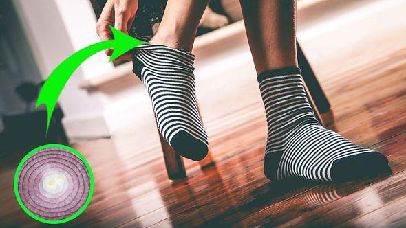 Nachts eine Zwiebelscheibe in die Socke stecken - Foto: iStock / LeoPatrizi / harmpeti (Collage Männersache)