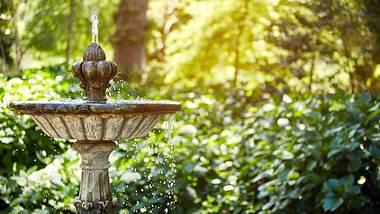 Ein Solarbrunnen im Garten - Foto: iStock/gradyreese
